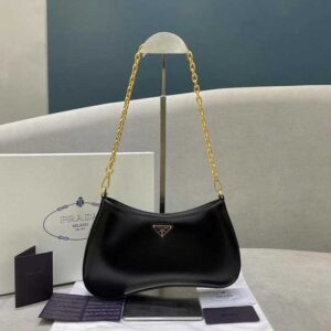 Кожаная сумка Prada на цепочке